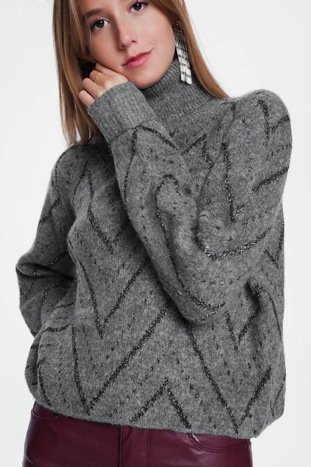 Jersey gris con cuello redondo y manga larga.