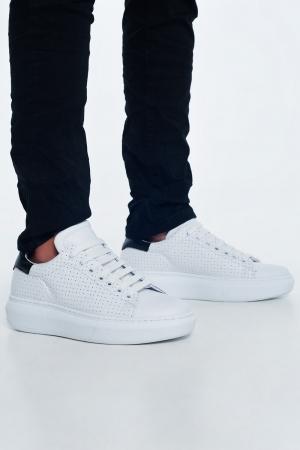Zapatillas blancas de cuero con perforaciones