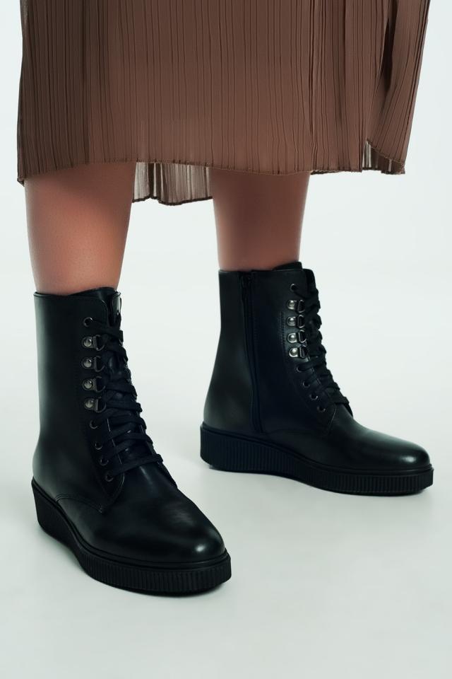 Botas negras con cordones