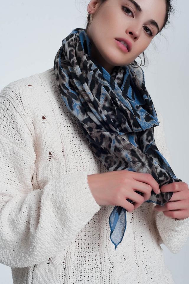 Bufanda azul con estampado de tigre