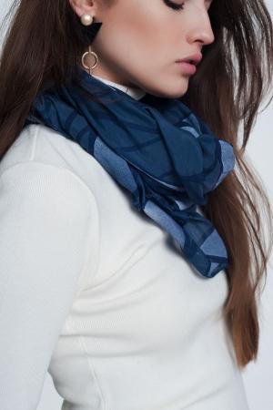 Bufanda azul con estampado abstracto