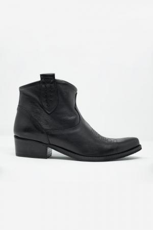 Botines de cuero estilo western color negro