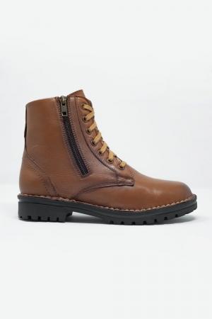Botas militares gruesas de cuero en marron