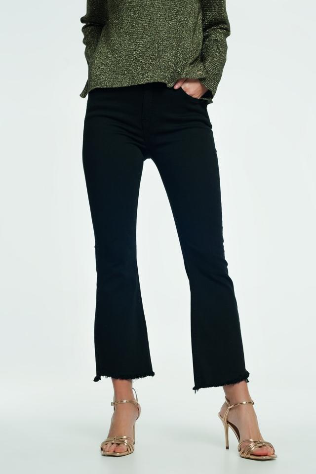 Jeans acampanados con dobladillo sin rematar en negro