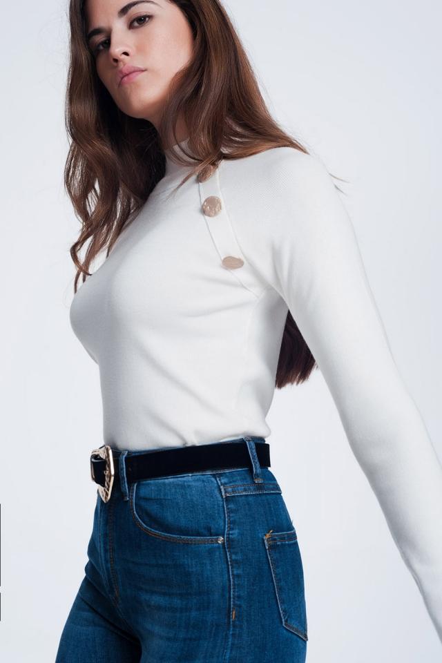 Jersey con cuello vuelto y botones dorados en tono crema