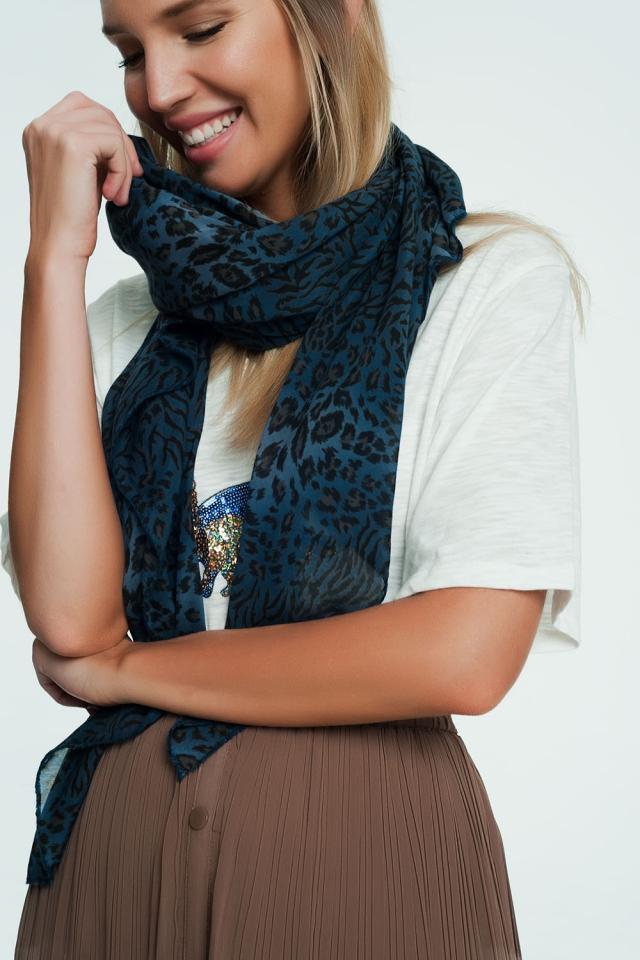 Bufanda azul con estampado de leopardo