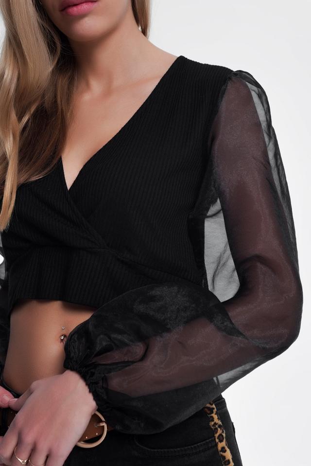 Top negro con manga de organza y cuello en V