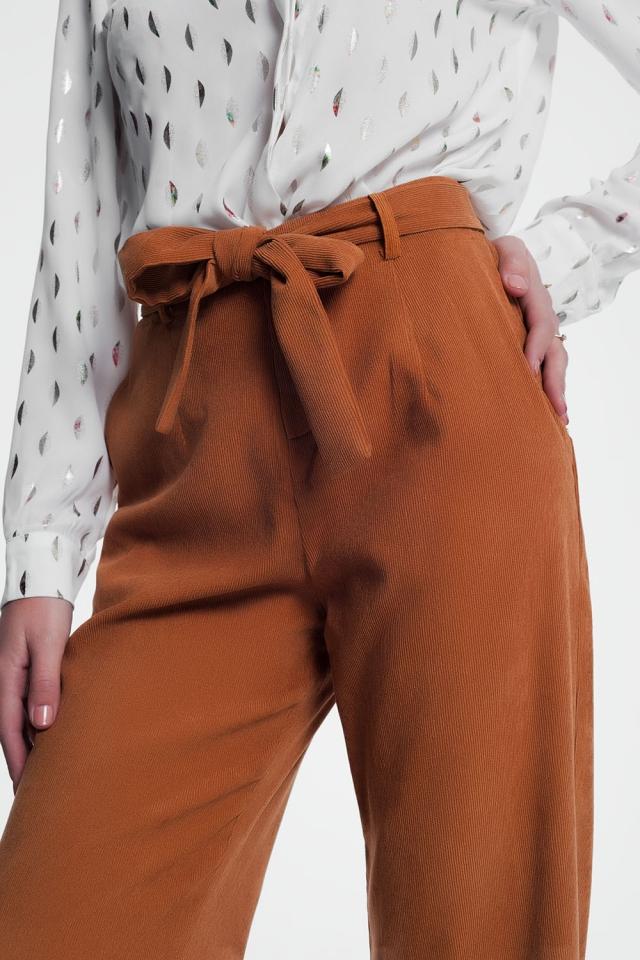 Pantalones camel de pernera ancha de pana con detalle de cinturón