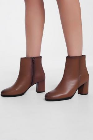 Botines de tacón medio en cuero marron