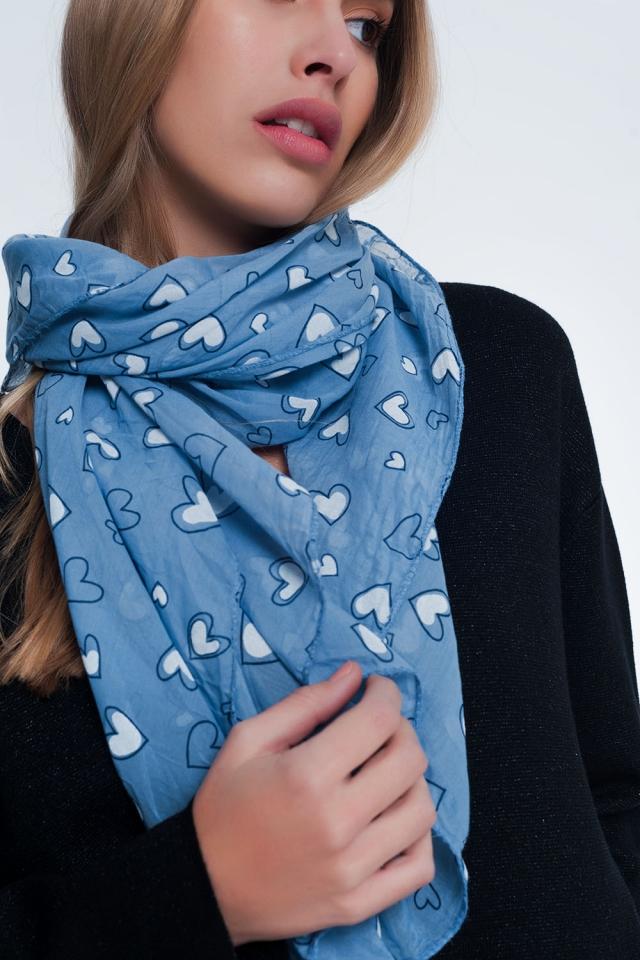 Bufanda azul con estampado de corazones