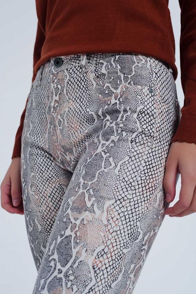 Pantalones texturizados de efecto serpiente en beige