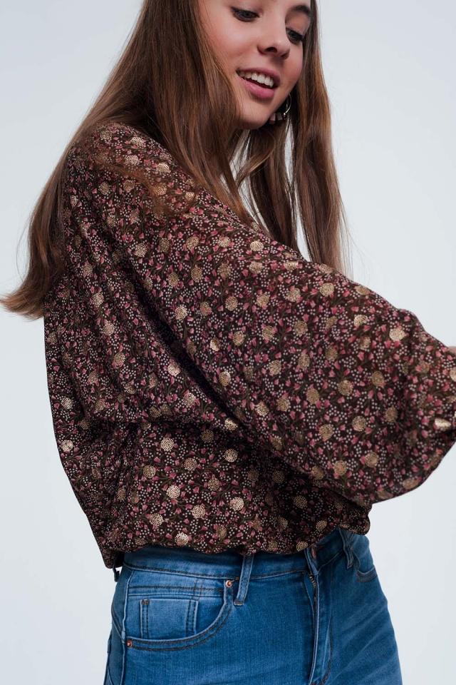 Blusa con manga fruncida y flores en color marron