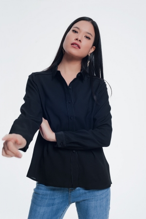 Camisa negra con diseño abotonado