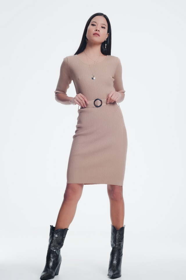 Minivestido beige con cinturón y diseño de canalé
