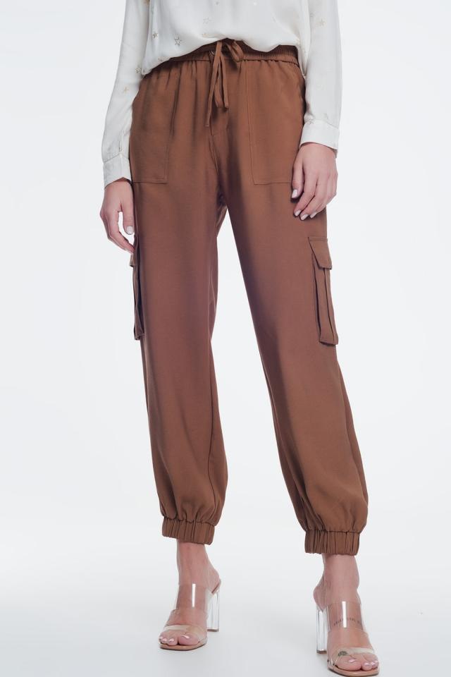 Pantalones con pernera abombada y detalle de bolsillos en marron