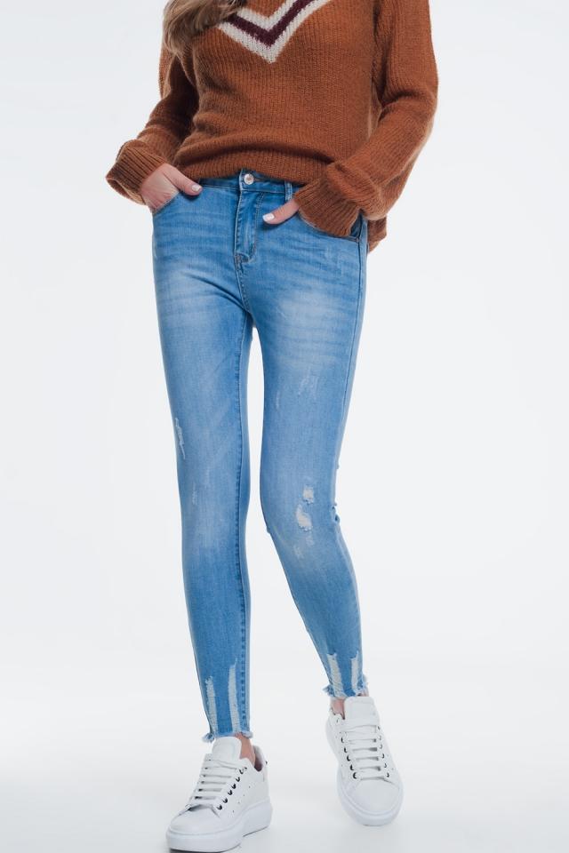 Vaqueros de corte ajustado azul descolorido con abrasiones