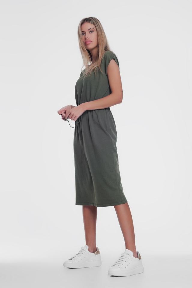 Vestido caqui corto estilo camiseta con cintura anudada