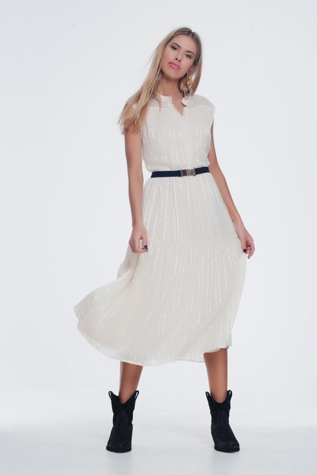 Vestido amplio y texturizado con diseño de botones y falda a capas en beige