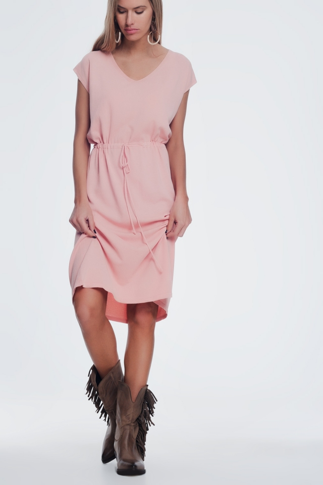 Vestido rosa corto estilo camiseta con cintura anudada