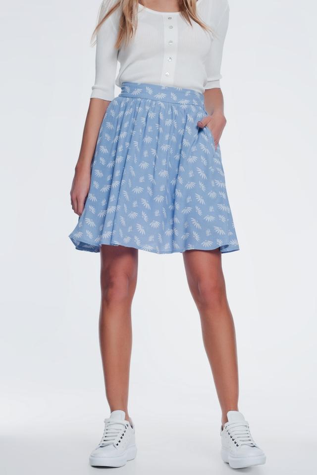 falda mini con vuelo y diseño floral en color azul