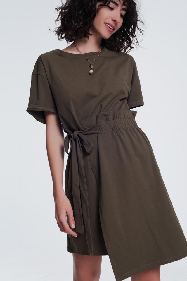 Vestido estilo camiseta con fruncido delantero color caqui