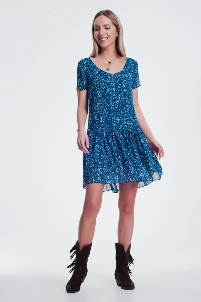 Vestido corto amplio azul con sobrefalda en el bajo y estampado de florecitas