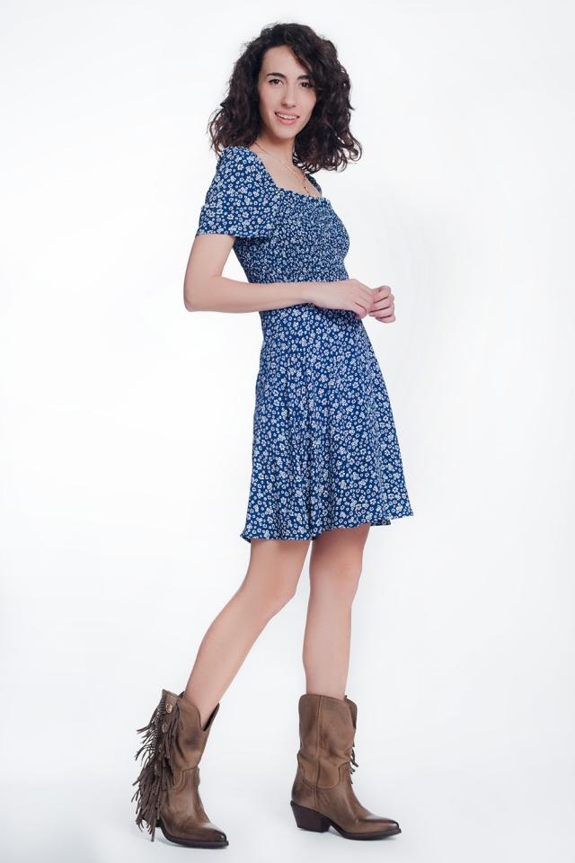 Vestido con parte delantera fruncida y flores azul marino