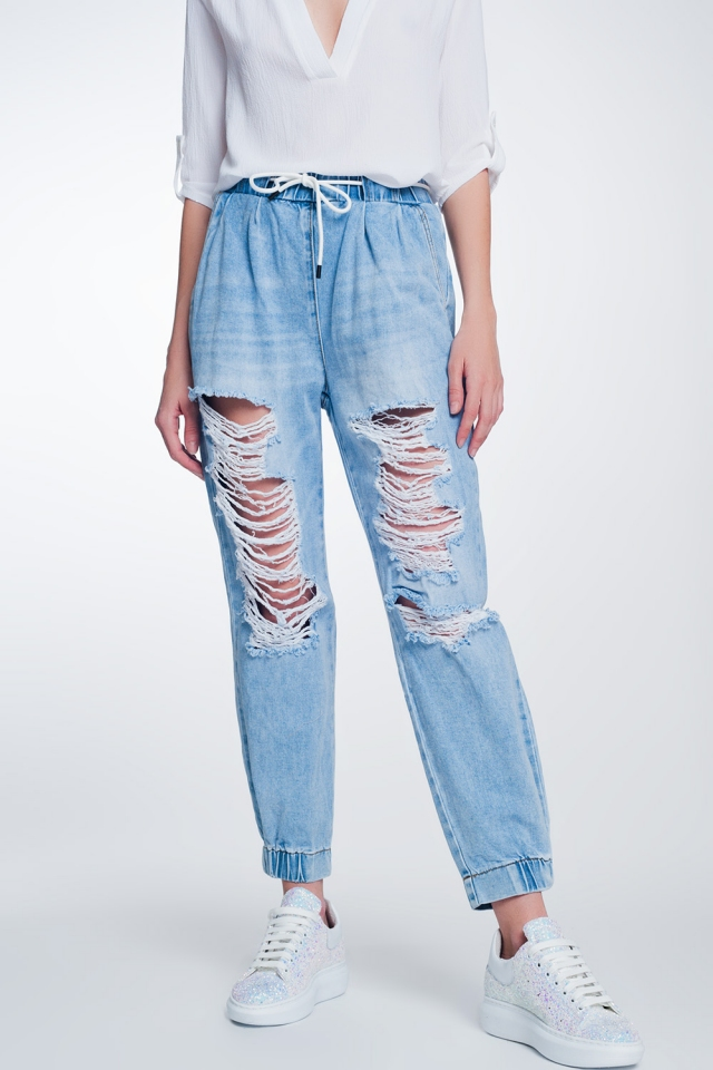 Jeans estilo jogger rasgados en color claro