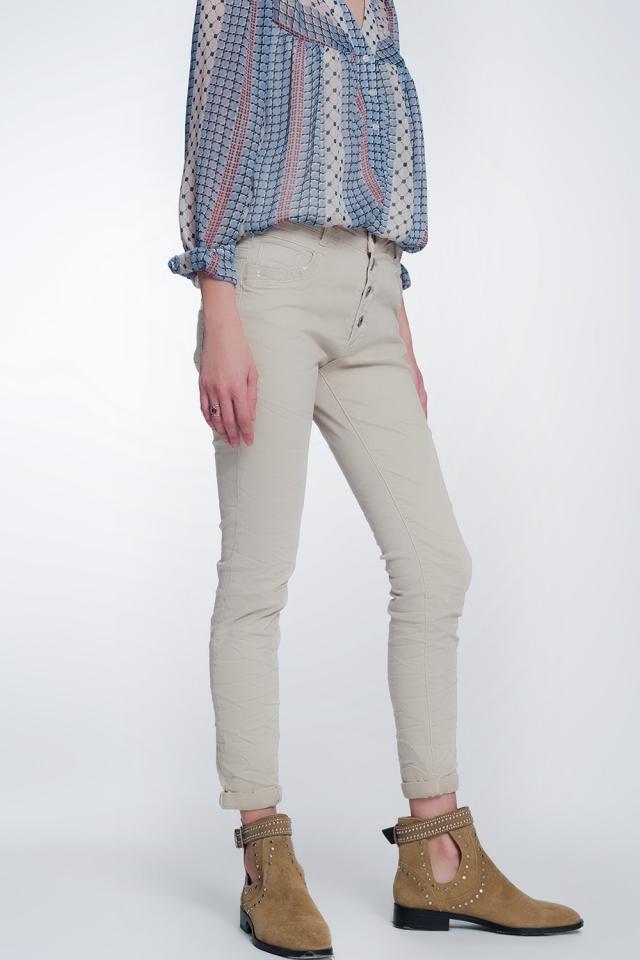 Pantalon beige boyfriend con detalles en bolsillo de lentejuelas