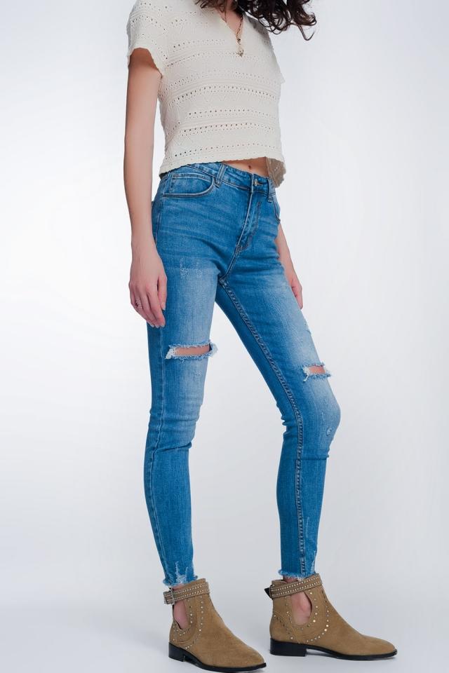 Jeans super ajustados con rotos en la rodilla y el bajo