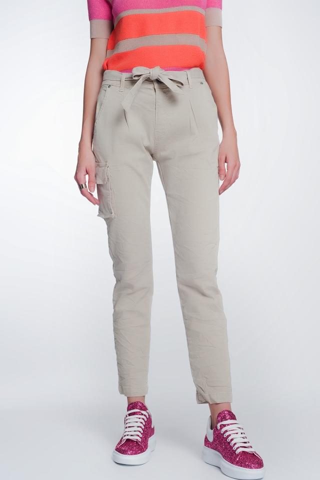 Pantalon recto beige con bolsillos y cinturon