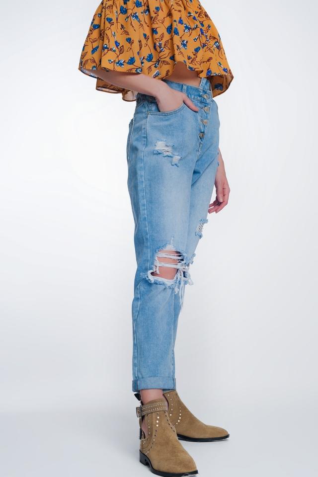 Jeans estilo mom con botones expuestos y cintura elastica