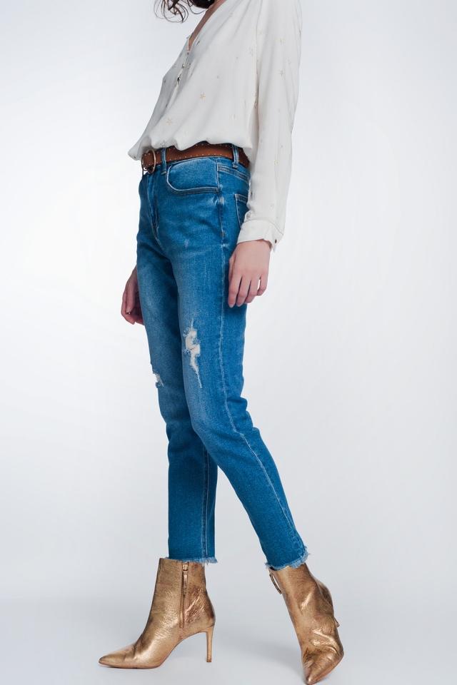 Jeans recto con rotos en las rodillas