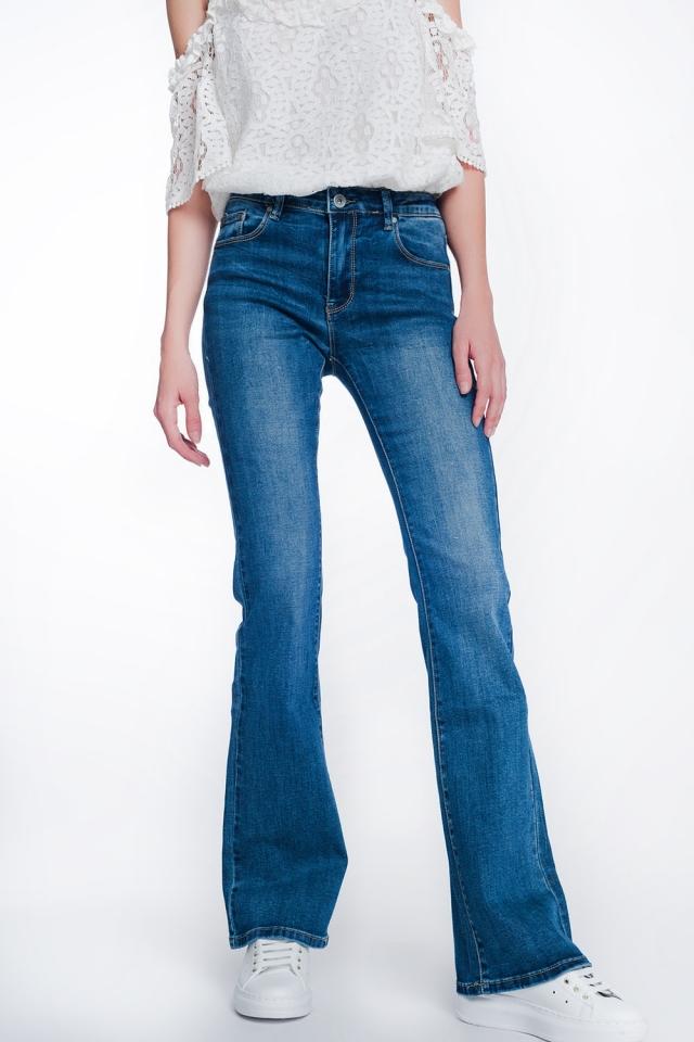 Jeans acampanados con lavado medio