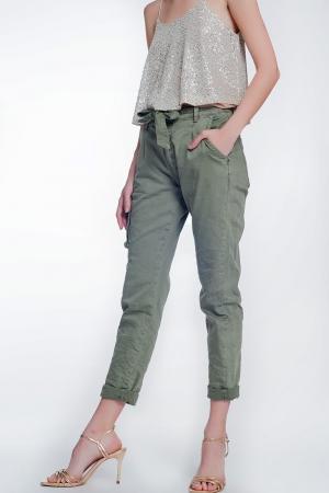 Pantalon recto khaki con bolsillos y cinturon