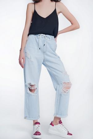 Jeans con goma en la cintura y rotos en las rodillas
