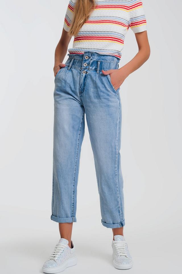 Jeans estilo mom con tres botones y cintura elastica