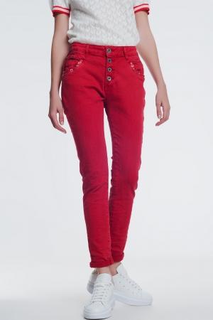 Pantalon rojo boyfriend con detalles en bolsillo de lentejuelas