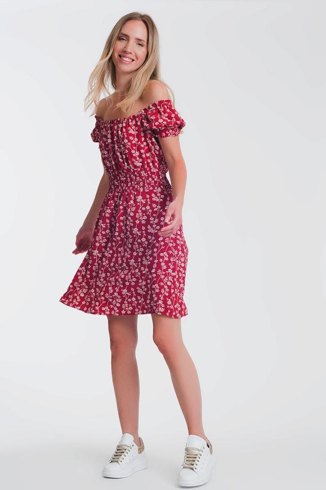 Vestido veraniego corto con escote Bardot y estampado floral rojo