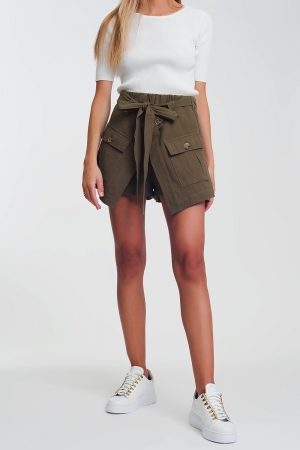 Pantalones cortos con bolsillo utilitario en color khaki