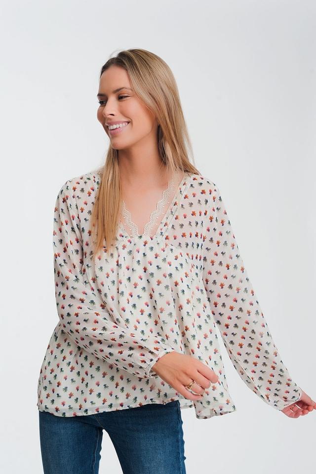 Blusa con diseño floral y volante con detalle de encaje