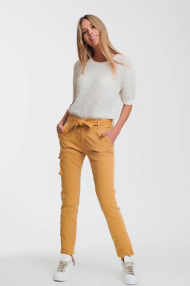 Pantalon recto mustaza con bolsillos y cinturon
