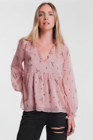 Blusa amplia en rosa de manga larga con detalle de volantes en el cuello