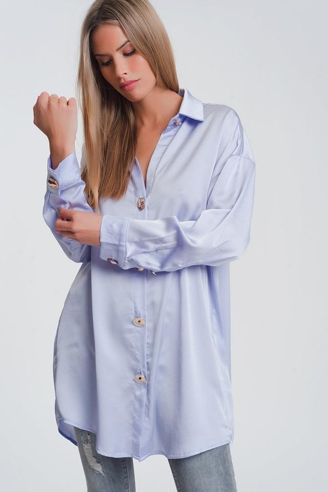 Camisa de satén en lila con botones dorados