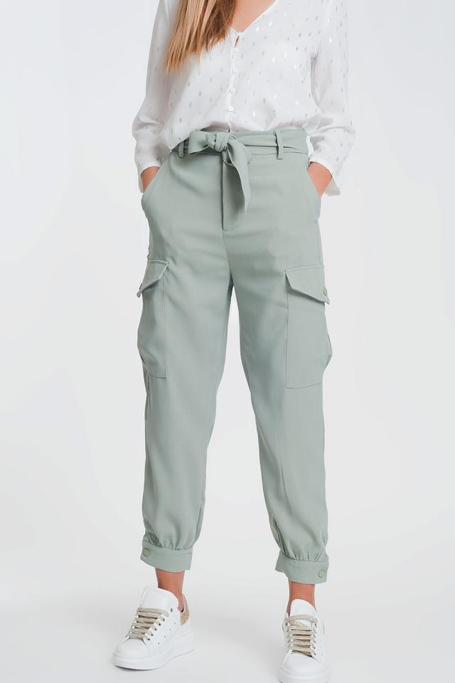 Pantalones rectos en verde con bolsillos de estilo cargo y cintura fruncida