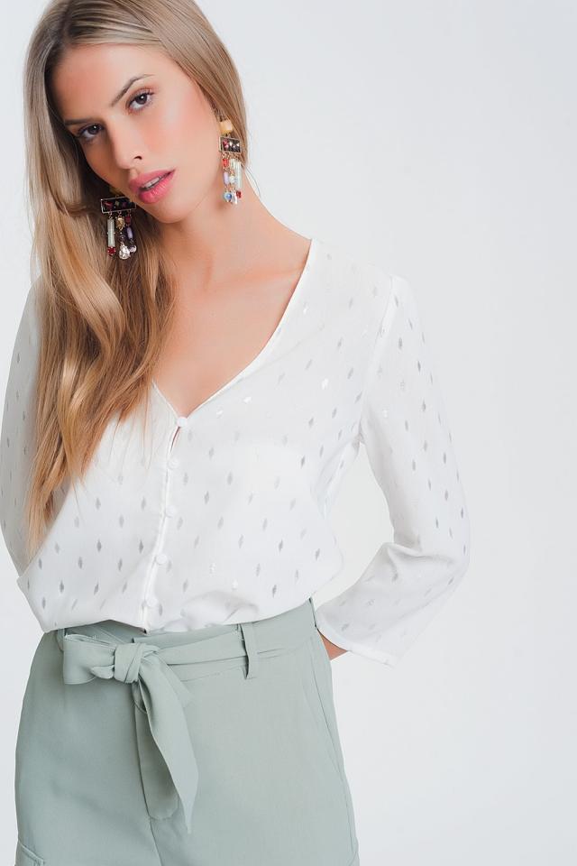 Blusa con cuello de pico en blanco con estampado metalico