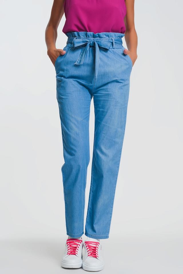 Vaqueros ligeros con cintura paperbag anudada en azul claro