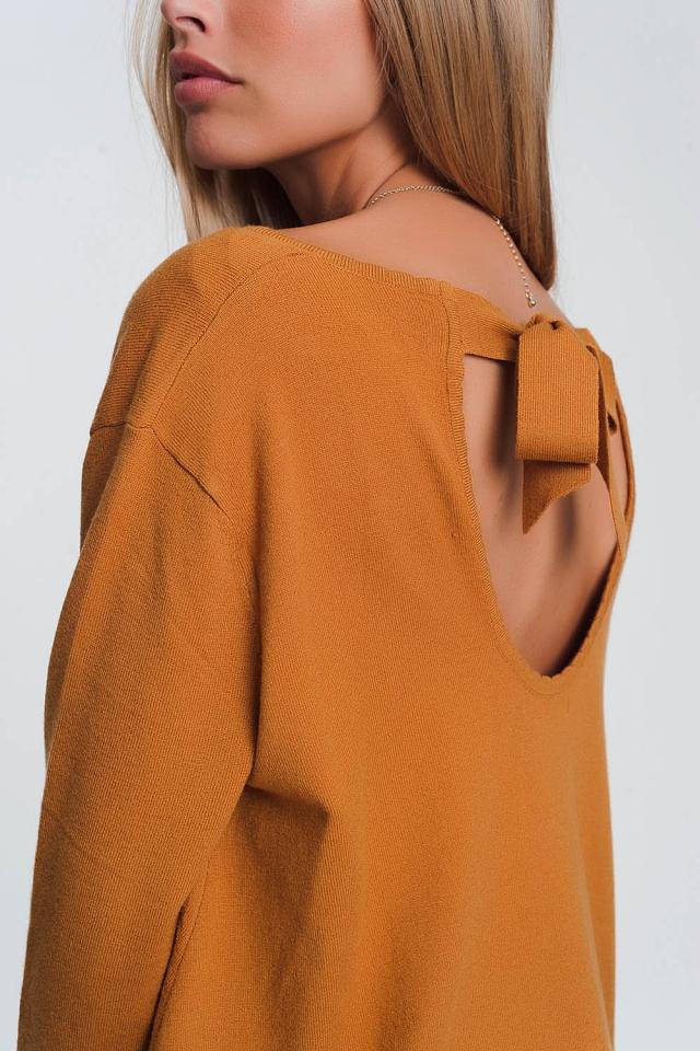 Jersey con espalda abierta con lazo anudado, mangas largas y cuello en picoen camel
