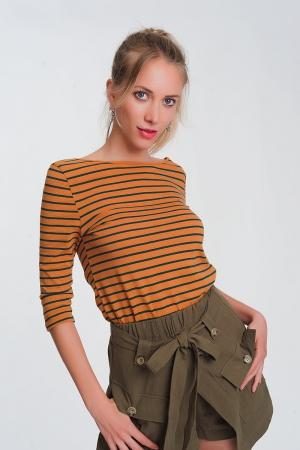 Camiseta a rayas con manga 3/4  y cuello de barco en mostaza