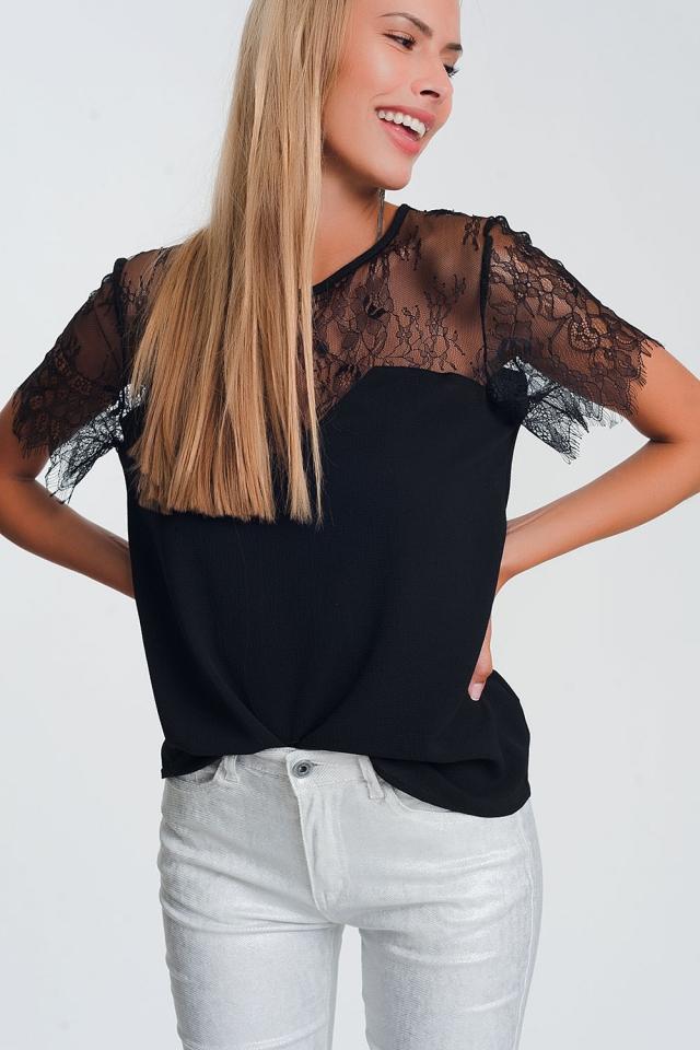 Camisa negra con flores en encaje.
